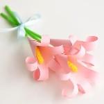 Простые лилии из бумажных ладошек