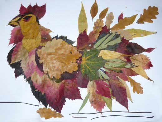 Петух из осенних листьев