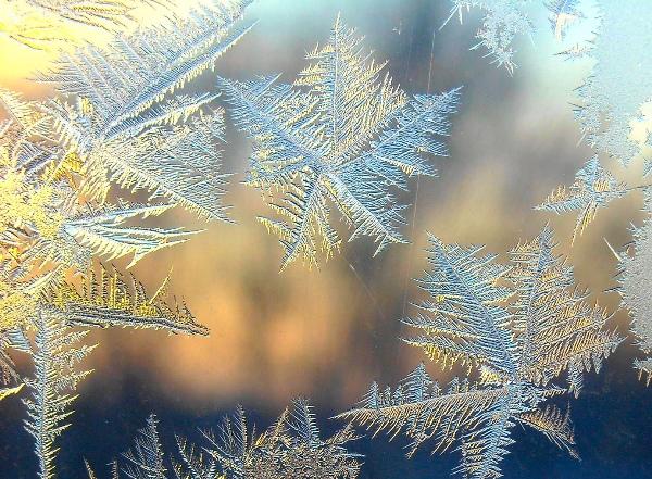 Морозные узоры на стекле зимой