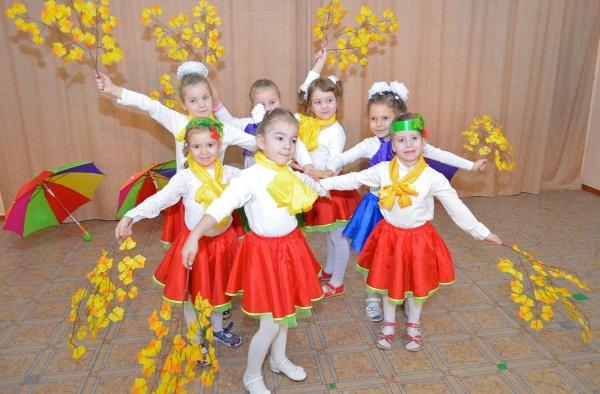 Осенний танец с листочками в детском саду