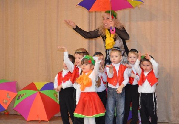 Осенний танец с зонтиками